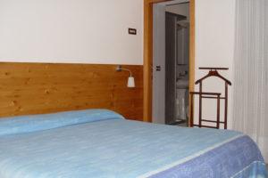 albergo-la-torretta-camera-matrimoniale-05