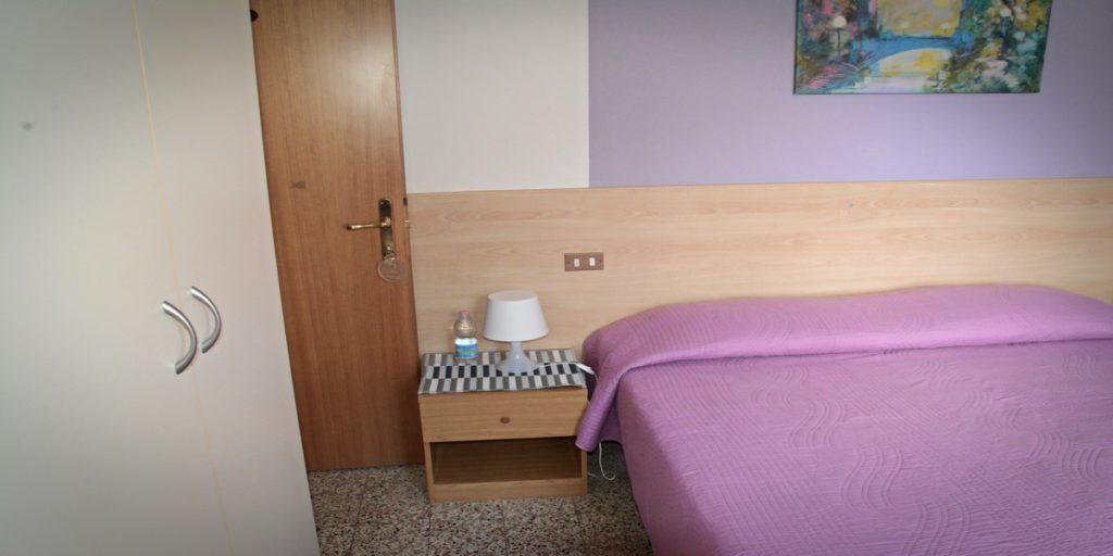 albergo-la-torretta-camera-matrimoniale-comodino-e-dettagli